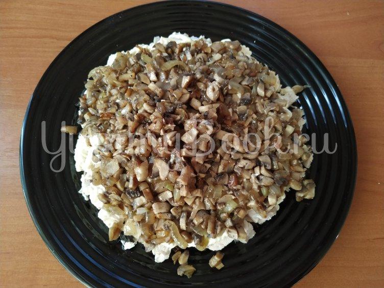 Праздничный салат с курицей и грибами  - шаг 4