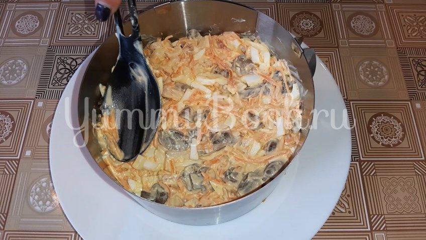 Салат с копченой курицей, грибами и морковью по-корейски - шаг 3
