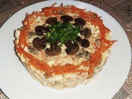 Салат с копченой курицей, грибами и морковью по-корейски