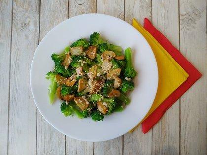 Салат из брокколи с чесночными чипсами