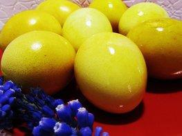 Как покрасить яйца на Пасху куркумой