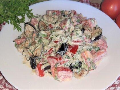 Салат с баклажанами, помидорами и огурцами
