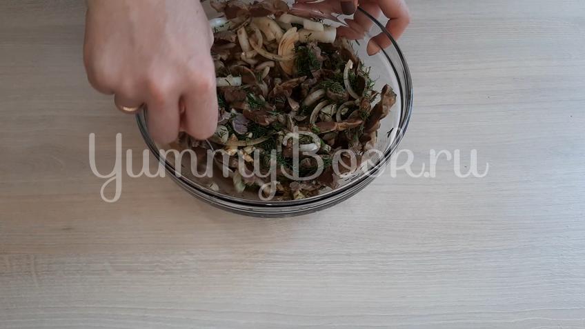 Салат из маринованных куриных желудков  - шаг 7