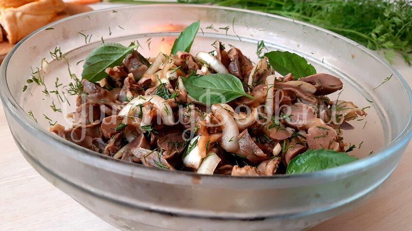 Салат из маринованных куриных желудков  - шаг 8