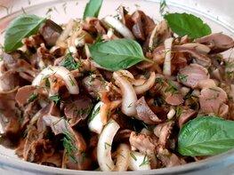 Салат из маринованных куриных желудков