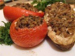 Печеные овощи,фаршированные курицей с соусом бешамель и грибами.