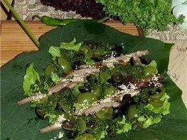 Острый салат с говядиной и виноградом