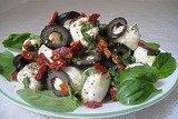 Салат из моцареллы с маслинами и сушеными помидорами.