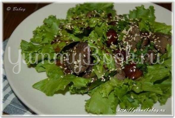 Тёплый салат с куриной печенью и вишней