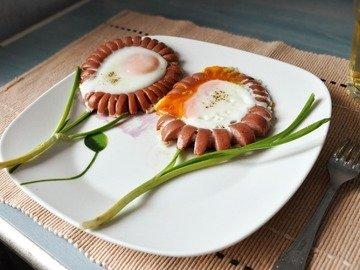 Весенняя яичница с сосисками