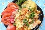 Лосось, запеченный с овощами и сыром