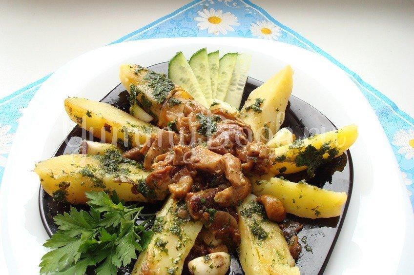 Теплый картофельный салат с грибами