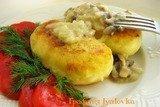 Картофельные пирожки с грибным соусом