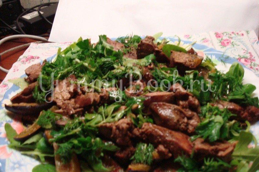 Теплый салат с куриной печенью и сливами