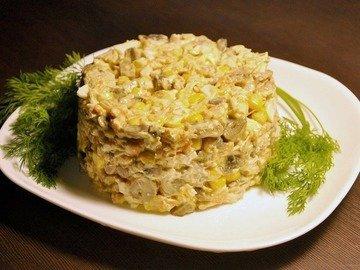 Грибной салат с курицей и кукурузой