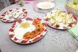 Морковные оладьи со сметанным соусом и виноградом