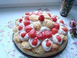 Слоеный кремовый торт с клубничным джемом
