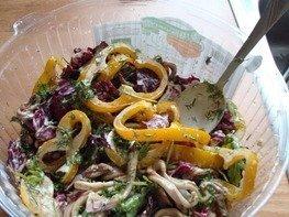 Бретонский салат с кальмарами и сыром