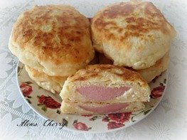 Творожно- сырные лепешки с колбаской