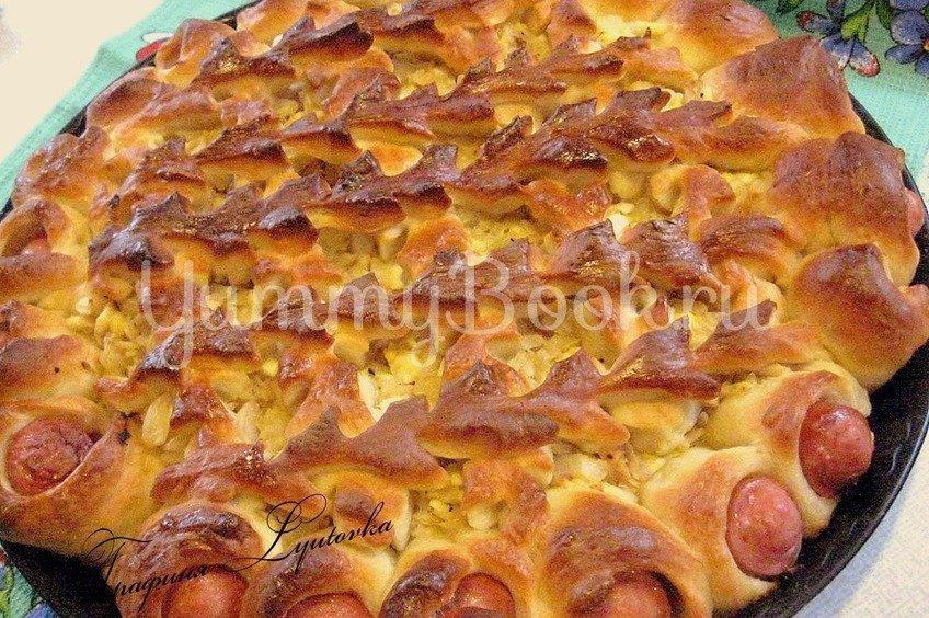 Открытый пирог с капустой и сосисками
