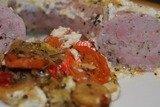 Белая колбаса, запеченная  в сливочно-хреновом соусе на овощах