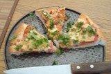 Пицца с овощами и сыровяленым мясом