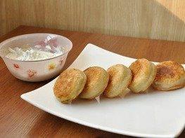 Мини-пирожки с брынзой и помидорами