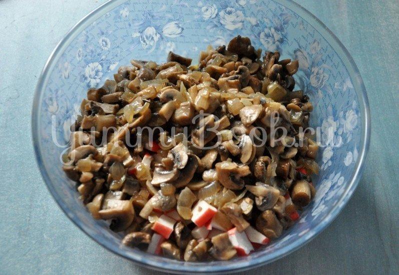 Салат с грибами и крабовыми палочками - шаг 4