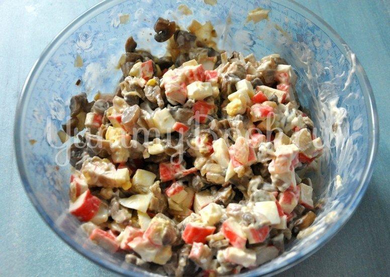 Салат с грибами и крабовыми палочками - шаг 6