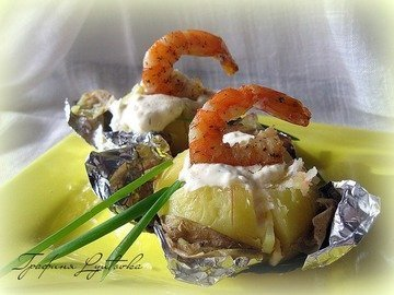 Печеная картошка с креветками со сметанно-чесночным соусом