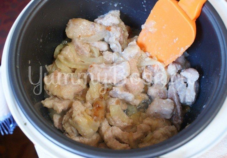 Свинина тушеная в сметанно-томатном соусе в мультиварке - шаг 5