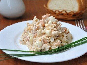 Салат с курицей, фасолью и яблоками