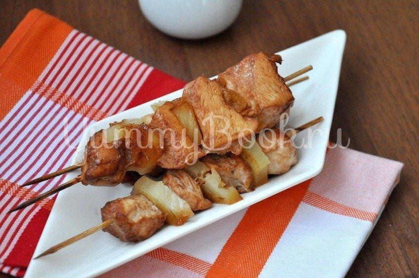 Куриное филе с ананасами на шпажках