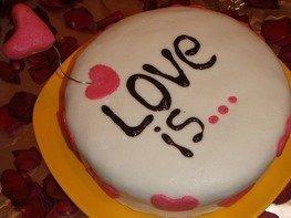 Красный торт LOVE IS...