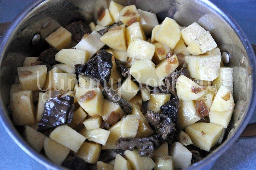 Картофель с грибами в горшочке - шаг 4