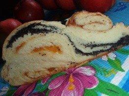 Плетенка с клубникой, яблоком и маком
