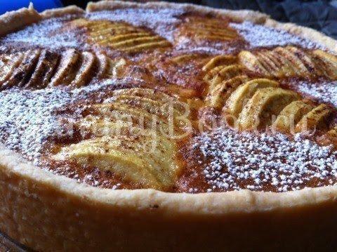 Яблочный пирог с пудингом и марципаном
