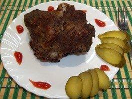 Запеченное в духовке свиное мясо на кости
