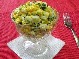 Салат с луком и яйцом пашот