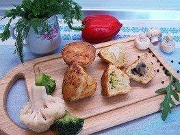 Сырные кексы с шампиньонами и овощами.