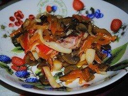 Салат из жареных шампиньонов и крабовых палочек
