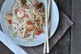 Рисовая лапша с креветками и овощами