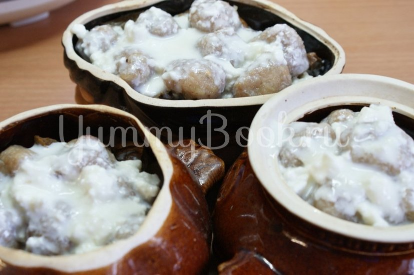 Картофель с грибами и фрикадельками в горшочках - шаг 8