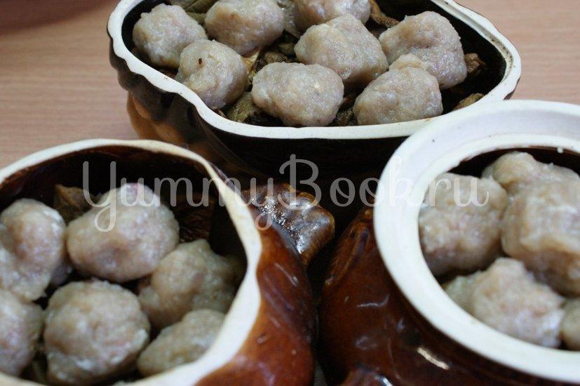 Картофель с грибами и фрикадельками в горшочках - шаг 7
