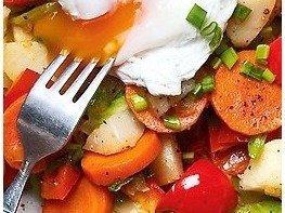 Салат из жареных овощей с яйцом-пашот