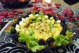 Пикантные канапе с сыром, фруктами и маслинами