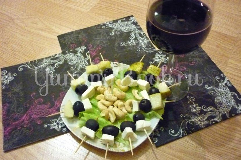 Пикантные канапе с сыром, фруктами и маслинами - шаг 18