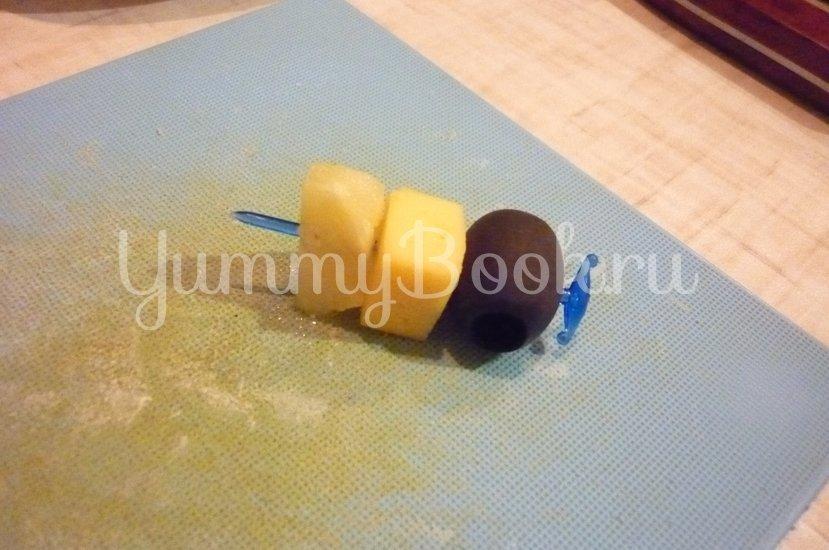 Пикантные канапе с сыром, фруктами и маслинами - шаг 12