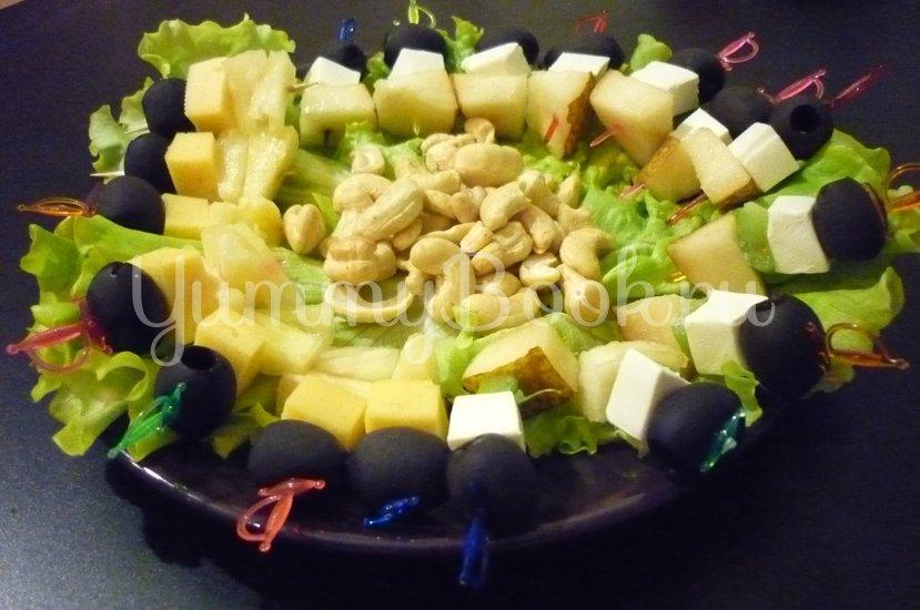 Пикантные канапе с сыром, фруктами и маслинами - шаг 14