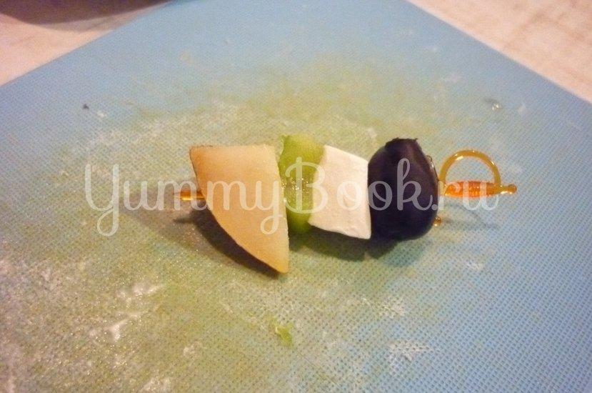 Пикантные канапе с сыром, фруктами и маслинами - шаг 11